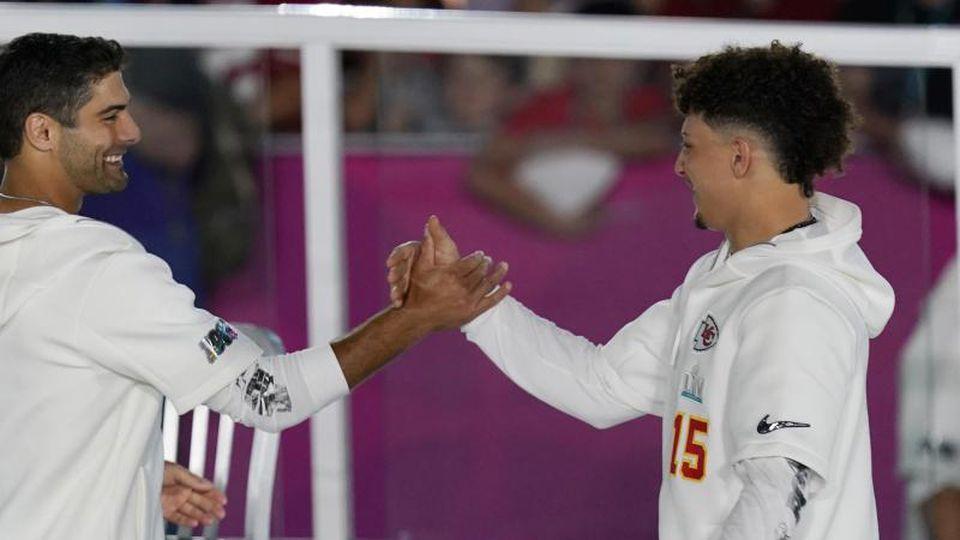 Stars des Super Bowls 2020: Patrick Mahomes (r) und Jimmy Garoppolo. Foto: Morry Gash/AP/dpa