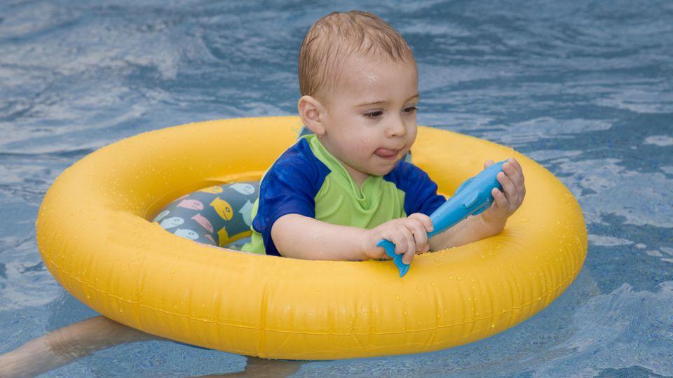 Dieser Schwimmring mit Beinöffnung hat, gemäß den Sicherheitsstandards, zwei Luftkammern.