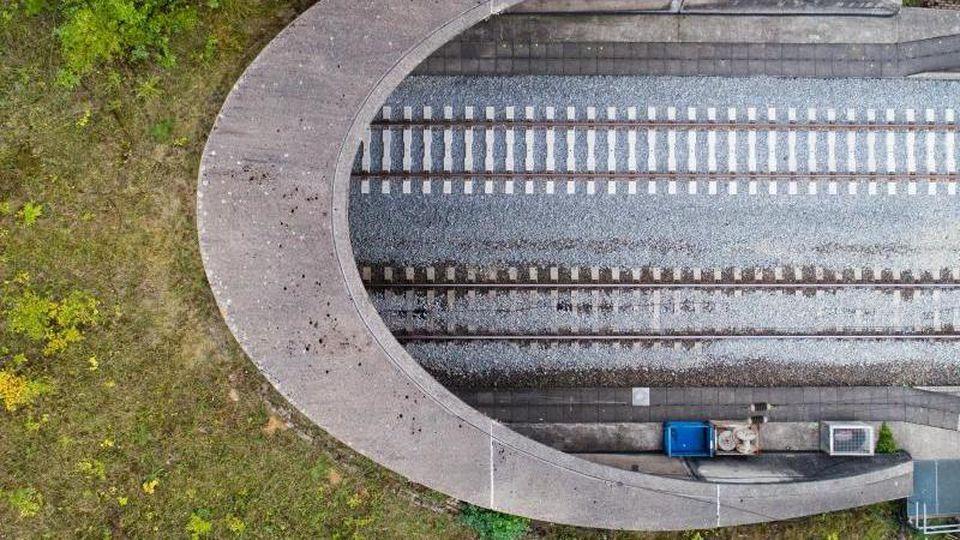 Neu verlegte Schienen führen an der sanierten ICE-Trasse Hannover-Göttingen in einen Tunnel. Foto: JulianStratenschulte