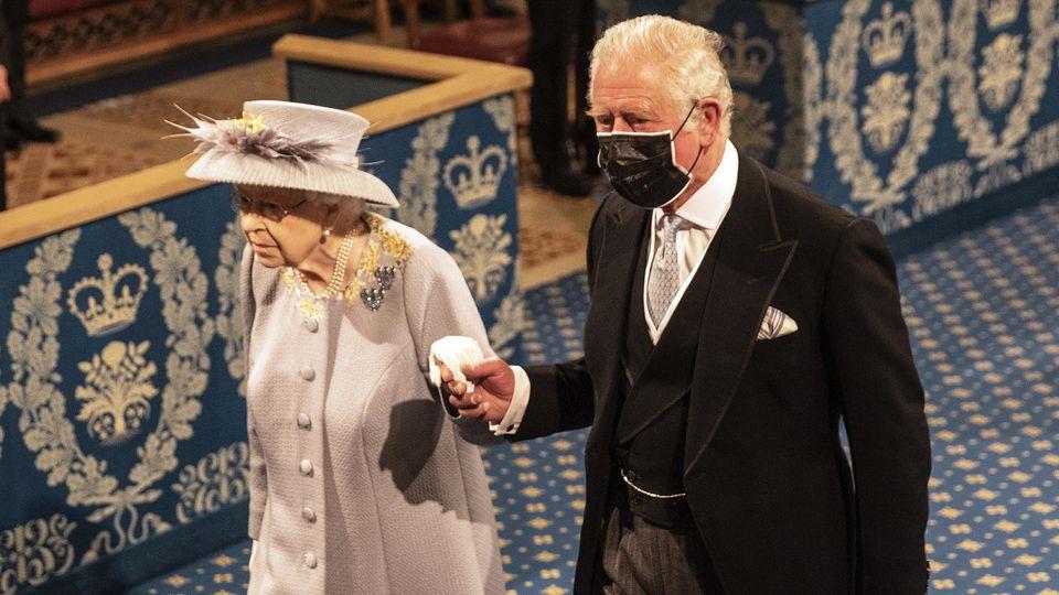 """Queen Elizabeth II. wirkt beim """"Queens Speech""""-Termin gefasst."""