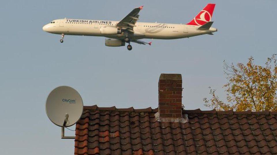Ein Großraum-Flugzeug ist im Landeanflug auf den Flughafen Hannover (Niedersachsen). Foto: Christoph Schmidt/Archiv