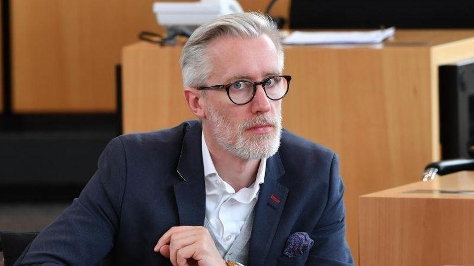 Benjamin-Immanuel Hoff (Die Linke), Thüringens Kulturminister, sitzt während einer Landtagssitzung im Plenarsaal. Foto: Martin Schutt/Archivbild
