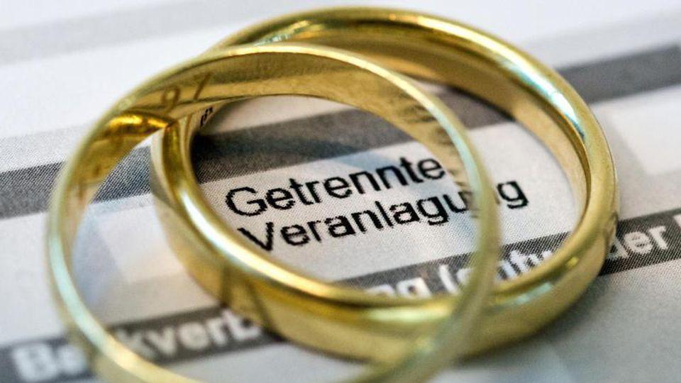 Für Ehepaare, die in Elternzeit gehen wollen, lohnt es sich, zu rechnen:Es kann günstiger sein, sich einzeln steuerlich veranlagen zu lassen. Foto: Andrea Warnecke