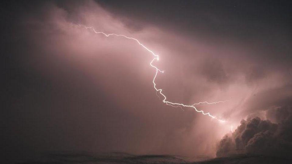 Blitze zucken am Himmel. Foto: Ole Spata/dpa/Archivbild