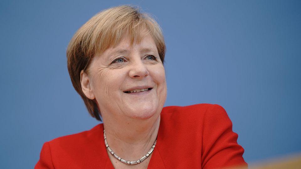 19.07.2019, Berlin: Bundeskanzlerin Angela Merkel (CDU) lacht in der Pressekonferenz. Kurz vor ihrem Sommerurlaub stellt sich die Kanzlerin traditionell den Fragen der Journalisten in der Bundespressekonfernz. Zentrale Themen dürften der Personalwech