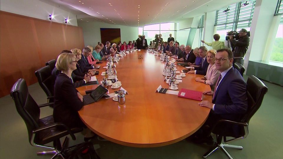 Kabinettstisch in Berlin: Jens Spahn erhält Zustimmung für die Impfpflicht gegen Masern.