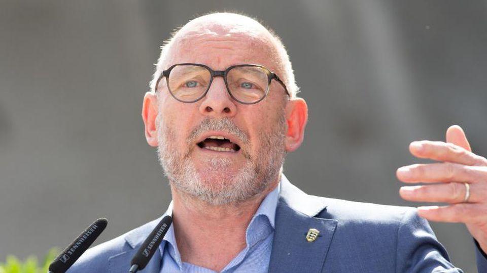 Winfried Hermann (Bündnis 90/Die Grünen), Verkehrsminister von Baden-Württemberg, spricht. Foto: Tom Weller/dpa