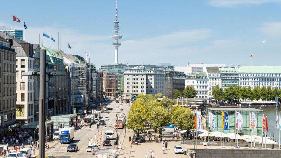 Autos fahren auf dem Jungfernstieg in Hamburg. Foto: Ulrich Perrey/dpa/Archivbild
