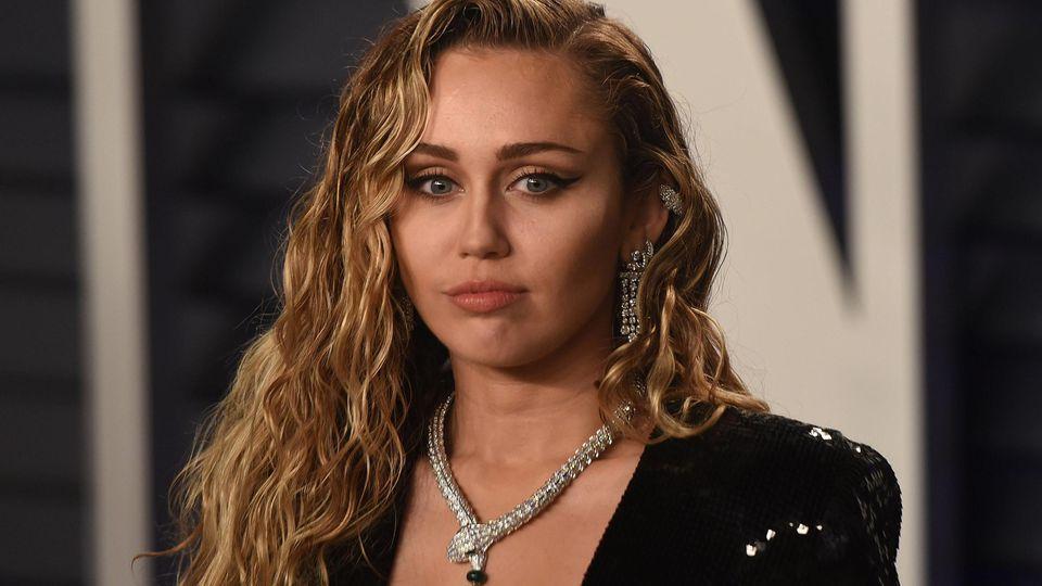 Miley Cyrus sorgt für Ärger mit einem fragwürdigen Kommentar bezüglich ihrer Sexualität.