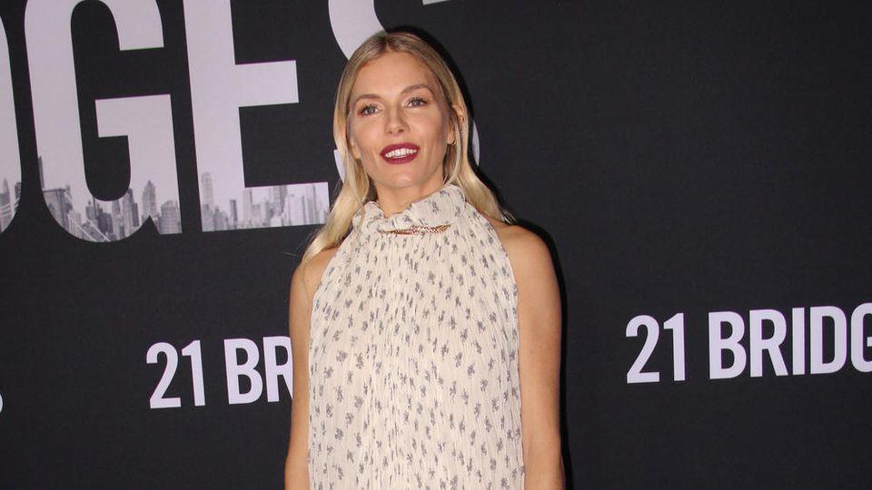 Sienna Miller erschien zu einer Filmvorführung in einem Boho-Kleid