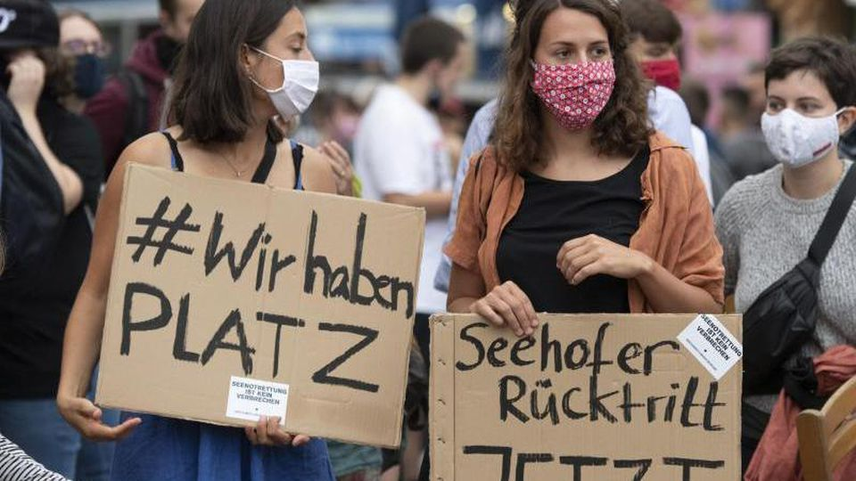 """EinSchild mit der Aufschrift """"#WirhabenPLATZ"""". Foto: Boris Roessler/dpa/Archivbild"""
