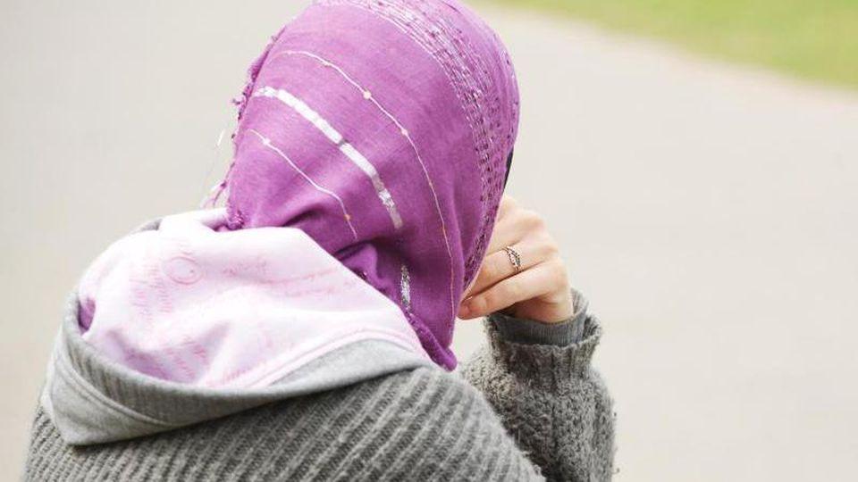 Laut eines EuGH-Gutachtens können im Einzelfall höhere Hürden für ein Kopftuchverbot am Arbeitsplatz festgelegt werden. Foto: Wolfram Steinberg/dpa