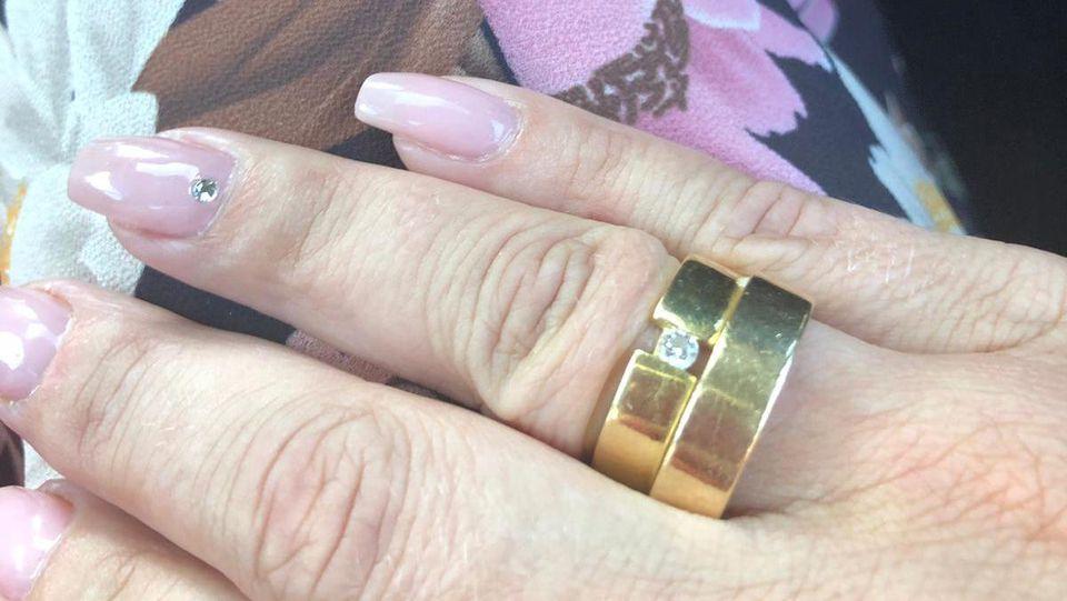Daniela Büchner trägt nun ihren und den Ehering ihres verstorbenen Mannes Jens zusammen