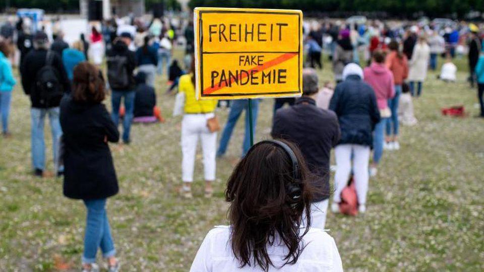 Eine Teilnehmerin einer Demonstration gegen die Anti-Corona-Maßnahmen. Foto: Sven Hoppe/dpa/Archivbild