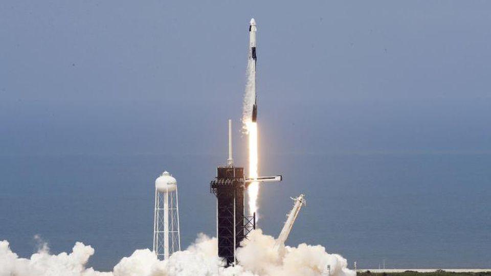 """Die SpaceX """"Falcon 9""""-Rakete mit den NASA-Astronauten Robert Behnken und Douglas Hurley in der Besatzungskapsel hebt von der Startrampe 39-A im Kennedy Space Center ab. Foto: Chris O'meara/AP/dpa"""