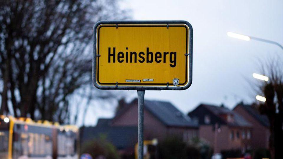 Ein Bus fährt am Ortsschild von Heinsberg vorbei. Foto: Jonas Güttler/dpa