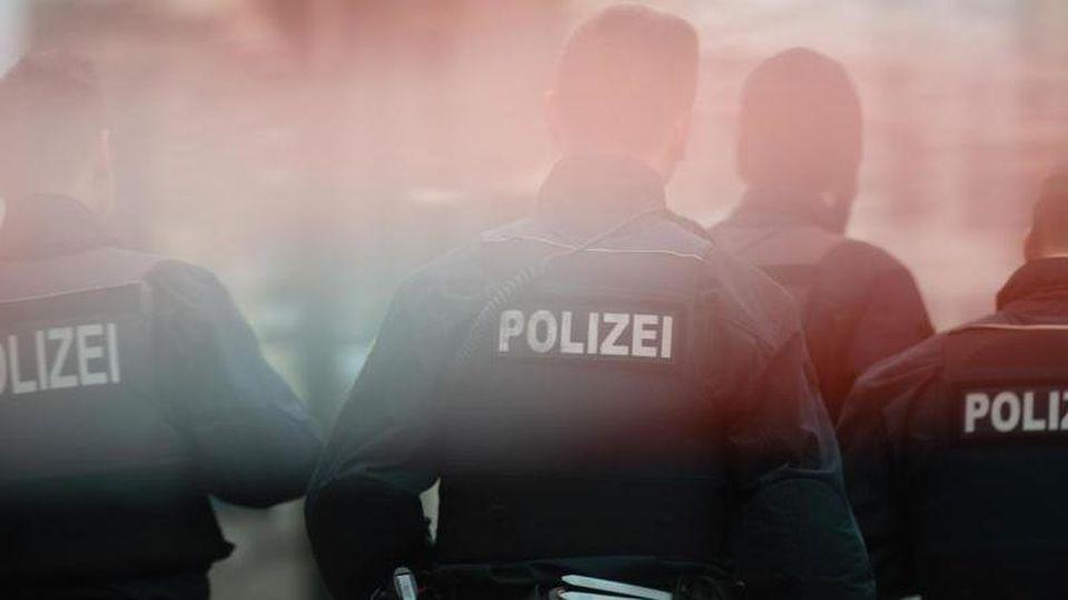 Polizisten stehen hinter einem Absperrband. Foto: Klaus-Dietmar Gabbert/zb/dpa/Archivbild