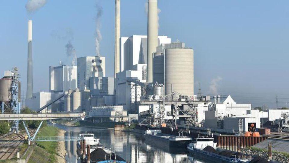 Der Block 9 des Großkraftwerkes Mannheim ist am Rhein vor weiteren Kraftwerksblöcken zu sehen. Foto: picture alliance / dpa/Archivbild