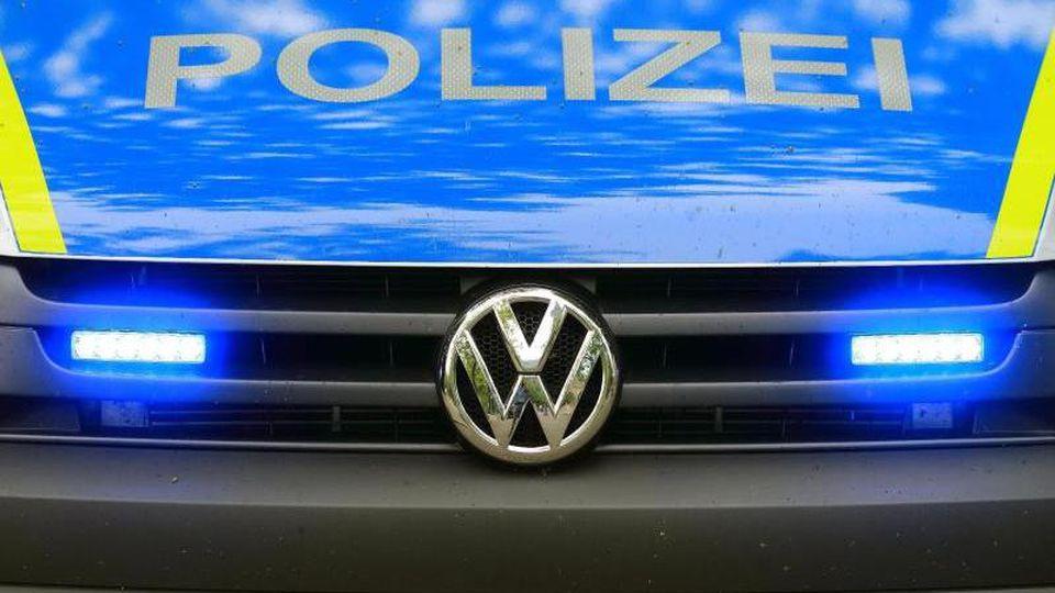 Ein Fahrzeug der Polizei ist im Einsatz. Foto: Jens Wolf/zb/dpa/Symbolbild