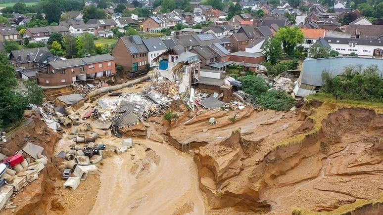 Erftstadt - Blessem: Massiver Erdrutsch im Stadtteil Blessem in Erftstadt. (Foto vom 16.07.2021)