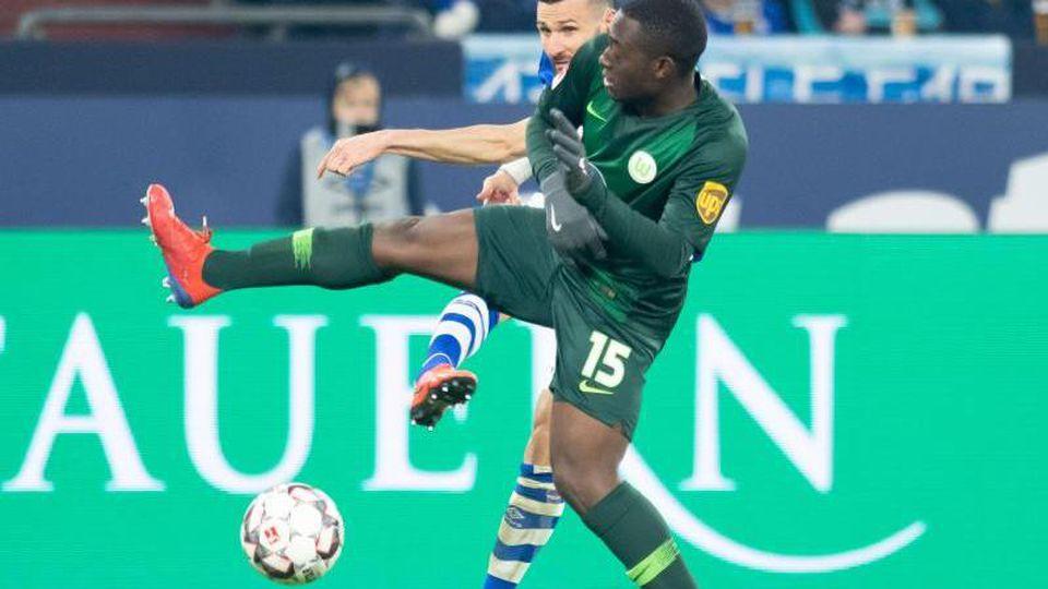 Schalkes Daniel Caligiuri (hinten) und Jerome Roussillion von Wolfsburg kämpfen in der Veltins Arena um den Ball. Foto: Bernd Thissen/Archiv