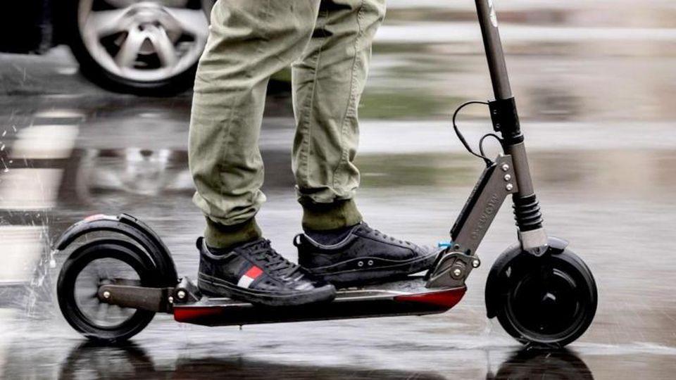 Ein E-Scooter nimmt am Straßenverkehr teil. Foto: Christoph Soeder/dpa/dpa-tmn/Archivbild