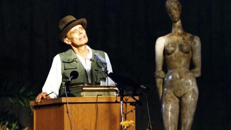 Joseph Beuys spricht im Lehmbruck-Museum in Duisburg. Foto: Lehmbruck Museum/dpa