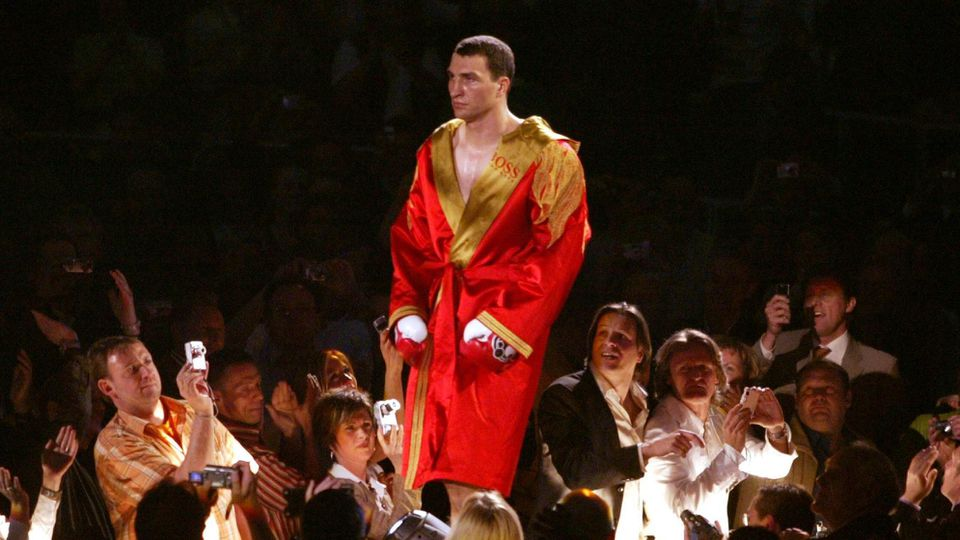 Einmarsch Wladimir Klitschko Ukraine betritt über einen Laufsteg die Halle und die Fotoapparate