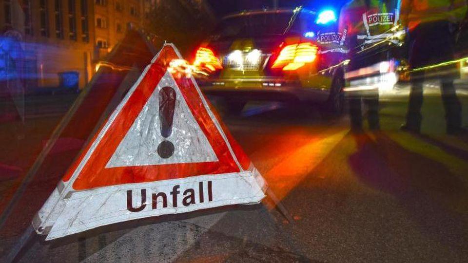 """Ein Warndreieck mit der Aufschrift """"Unfall"""" steht auf einer Straße. Foto: Patrick Seeger/dpa/Symbolbild"""