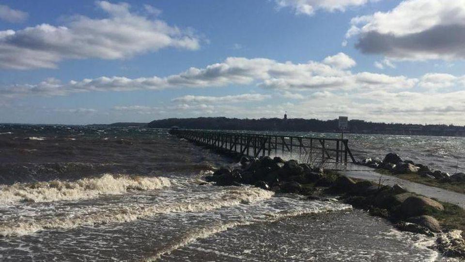 Wellen spülen an einen Flensburger Strand. Foto: Birgitta von Gyldenfeldt/dpa