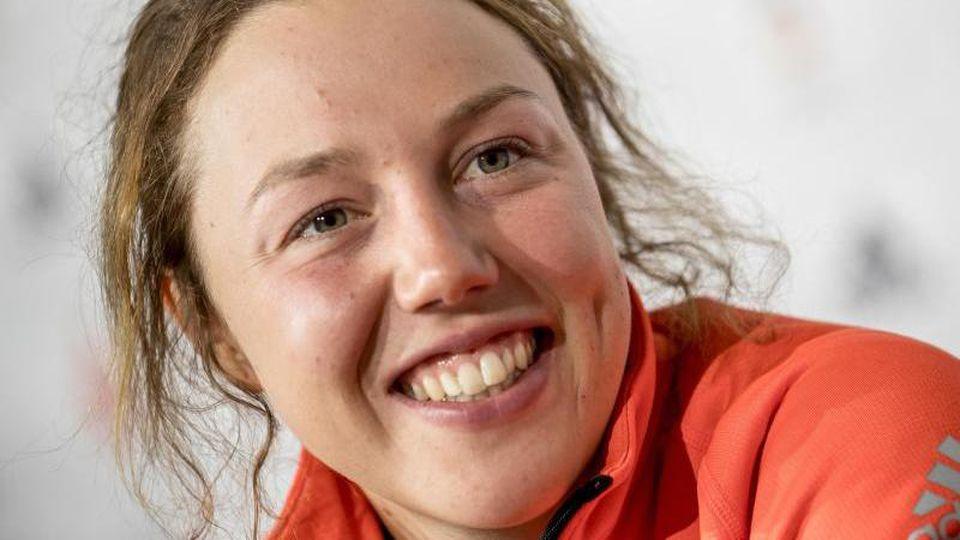 Biathletin Laura Dahlmeier aus Deutschland lacht. Foto: Michael Kappeler/dpa