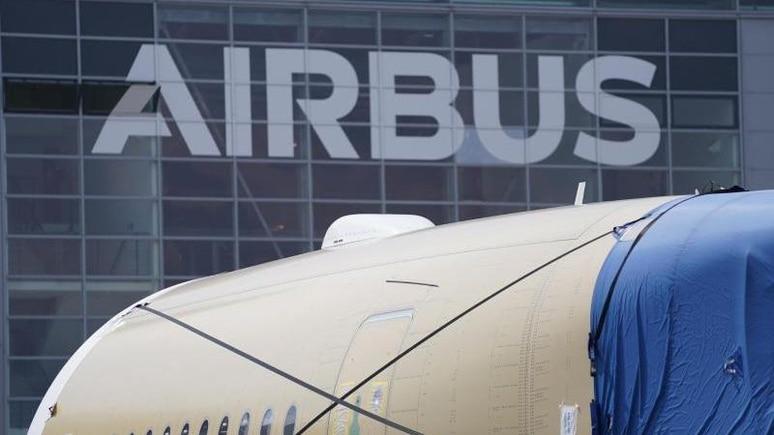 Ein Segment eines Flugzeugrumpfes eines Airbus A350 steht vor einer Fertigungshalle. Foto: Marcus Brandt/dpa/Archivbild