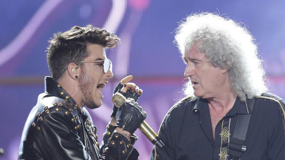 Adam Lambert (l.) und Brian May auf der Bühne in Rio