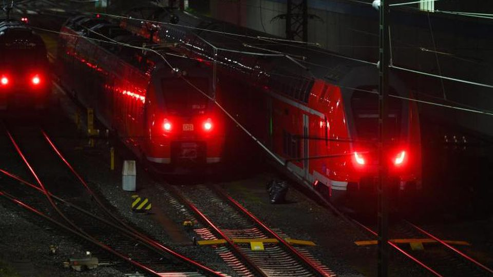 Regionalzüge der Bahn sind nachts auf Gleisen des Bahnhofs zu sehen. Foto: Nicolas Armer/dpa