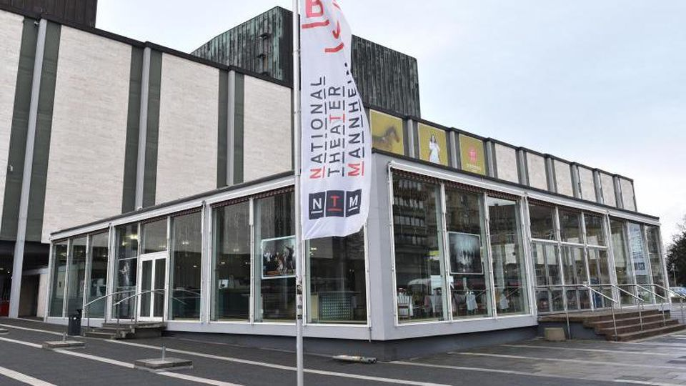 Blick auf den Eingangsbereich des Nationaltheaters. Foto: Uwe Anspach/dpa/Archivbild