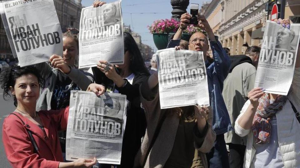 """Unterstützer des Enthüllungsjournalisten Iwan Golunow zeigen in Moskau Zeitungsartikel mit dem Titel """"Ich bin/Wir sind Iwan Golunow"""". Foto: Dmitri Lovetsky/AP"""
