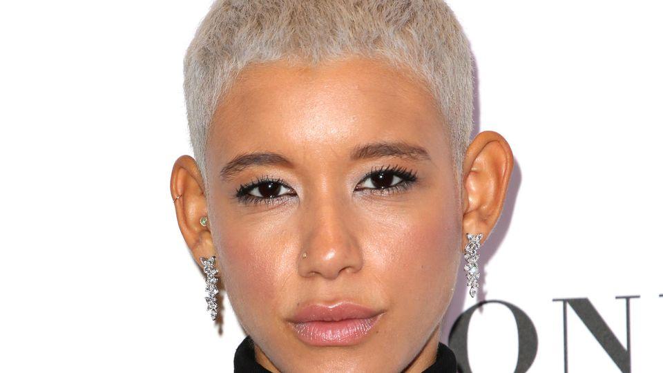 Model mit kurzen Haaren