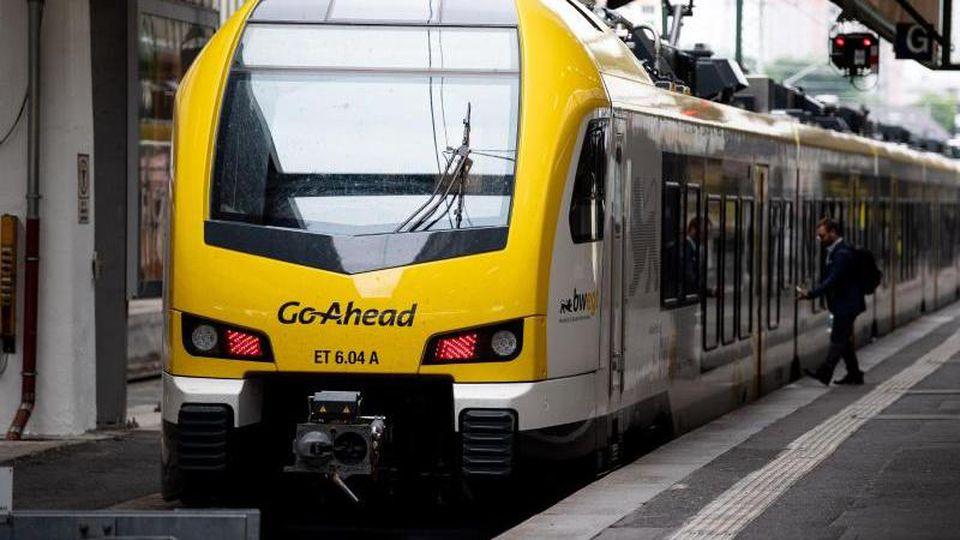 Ein Zug des Zugbetreibers Go-Ahead steht am Hauptbahnhof. Foto: Fabian Sommer/dpa/Archivbild