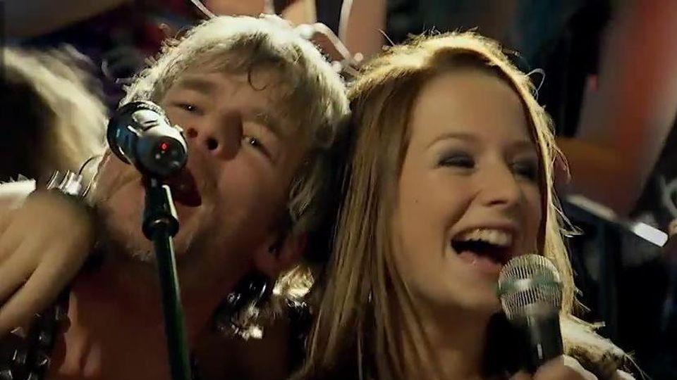 """Kurt und Tanja singen """"Lost Daughter"""" im """"Mauerwerk""""."""