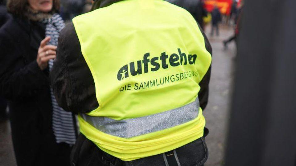 """Eine Anhängerin der Protestbewegung """"Aktion #Bunte Westen"""". Foto: Jörg Carstensen/Archiv"""