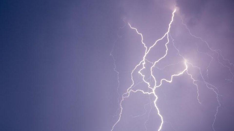 Blitze erhellen die Nacht. Foto: Patrick Pleul/Archivbild