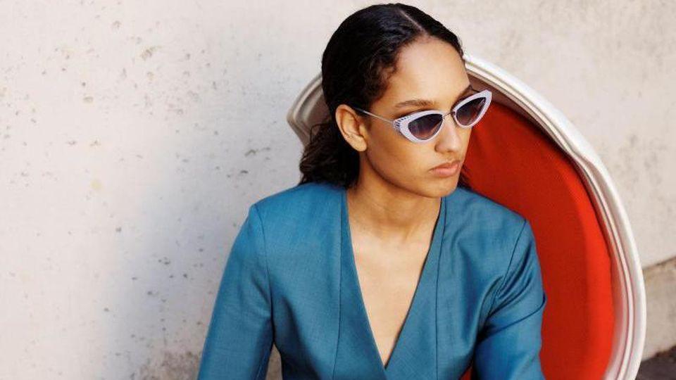 """Auf den Rahmen kommt es an. Das Sonnenbrillenmodell """"Viginia 3D"""" von Neubau Eyewear kombiniert geometrische Formen und pastellige Farben und hat dabei sogar einen 3D-Effekt - perfekt, um in diesem Sommer aufzufallen (ca. 250 Euro). Foto: Clark Franklyn/Ne"""