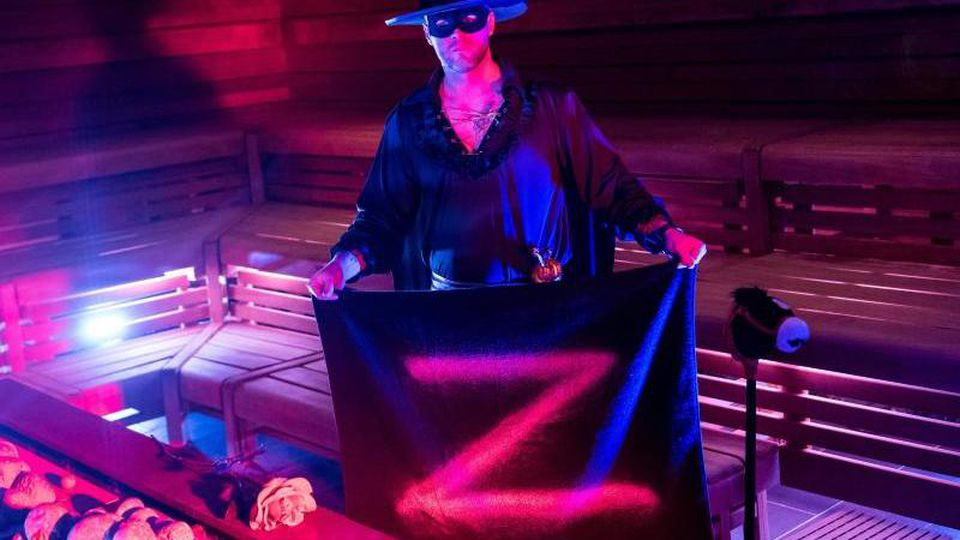 André Ritter steht als Zorro verkleidet in einer Sauna. Foto: Daniel Bockwoldt