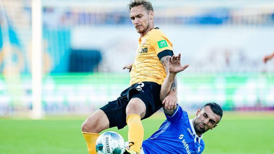 Dresdens Linus Wahlqvist (l.) und Darmstadts Serdar Dursun kämpfen um den Ball. Foto: Uwe Anspach