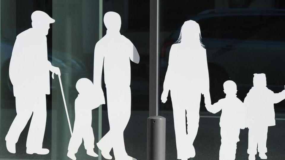Figuren von Menschen. Foto: Jens Kalaene/dpa-Zentralbild/dpa/Symbolbild