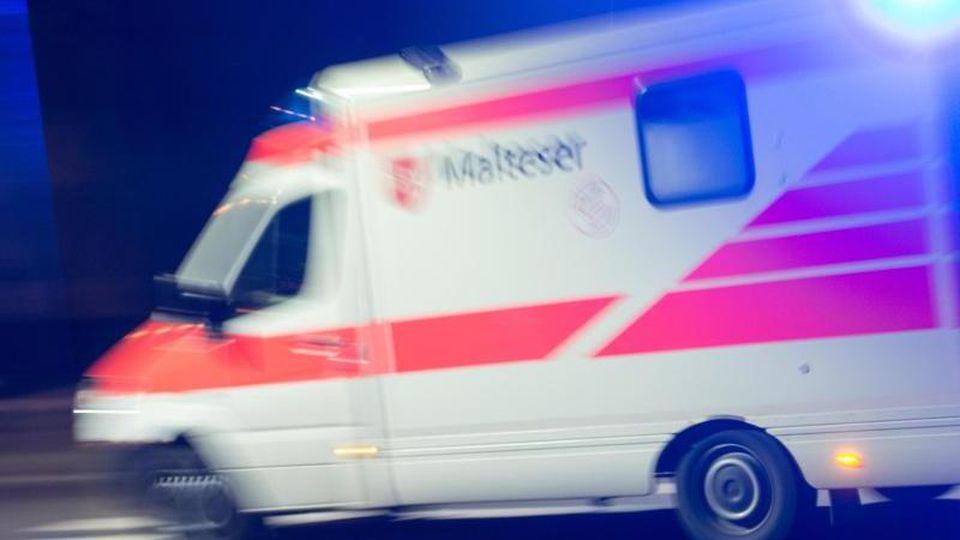 Ein Rettungswagen fährt mit Blaulicht durch die Nacht. Foto: picture alliance / Patrick Seeger/dpa/Symbolbild