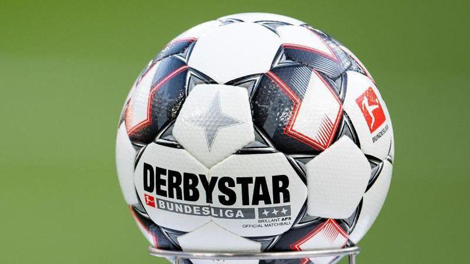 Der offizielle Spielball, der Bundesliga Brilliant APS des Herstellers Derbystar, liegt vor der Partie bereit. Foto: Marius Becker/Archiv