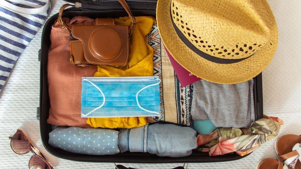 Reiserückkehrer haben immer öfter ein Urlaubsmitbringsel im Gepäck: das Coronavirus. (Foto: istock)