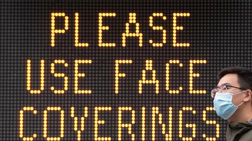 Eine Anzeige unweit der Tower Bridge fordert die Menschen zum Tragen eines Gesichtsschutzes auf. Foto: Dominic Lipinski/PA Wire/dpa