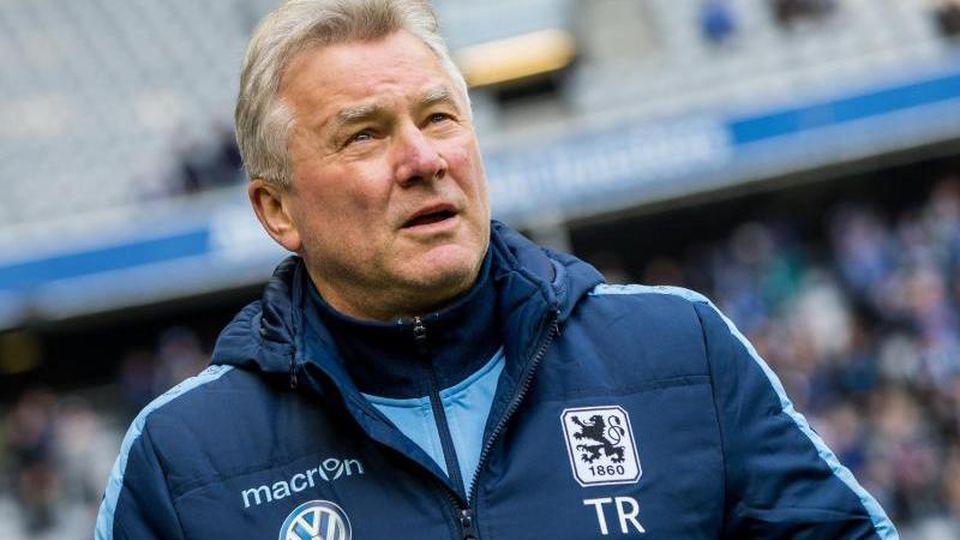 Benno Möhlmann ist vor einem Spiel am Spielfeldrand zu sehen. Foto: picture alliance / dpa/Archivbild